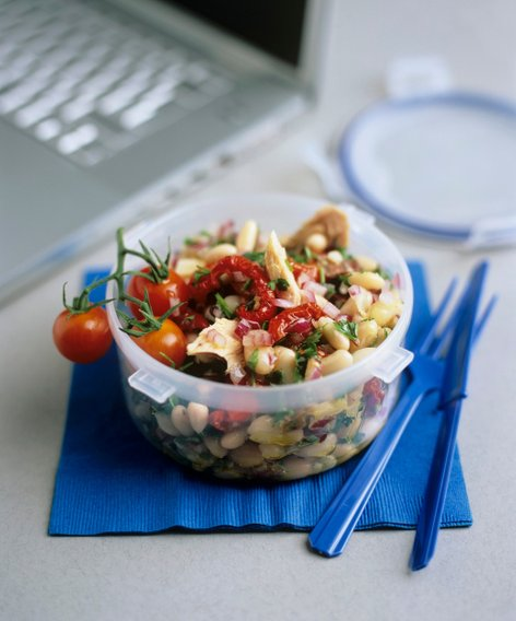 Fižolova solata s tuno in suhimi paradižniki