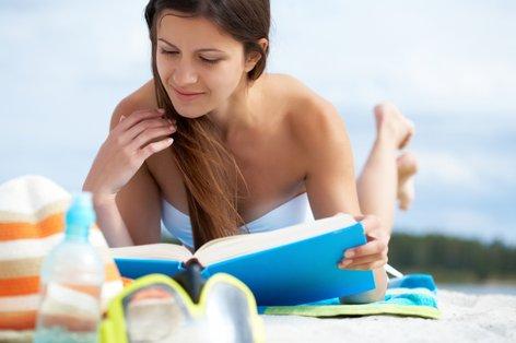 Dekle bere knjigo na plaži - 4