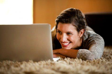 ženska pri računalniku
