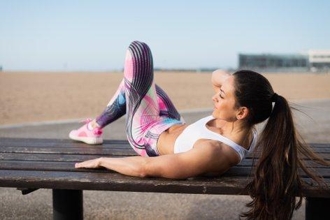 Ženska telovadi na plaži - 2
