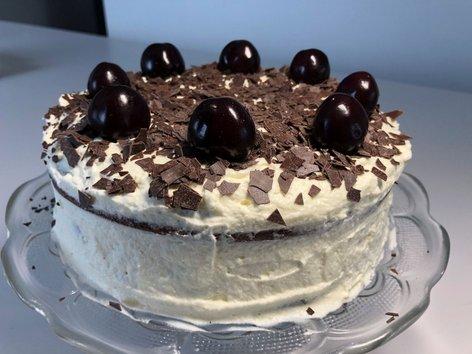 Čokoladna torta brez moke s češnjami in smetano