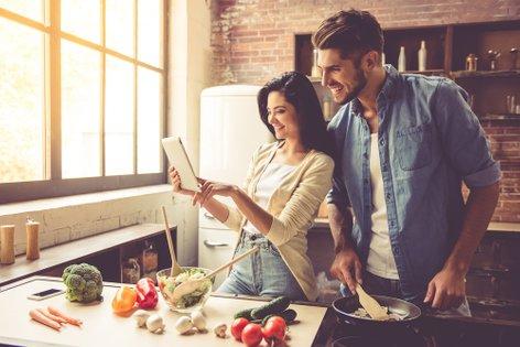 moški in ženska v kuhinji
