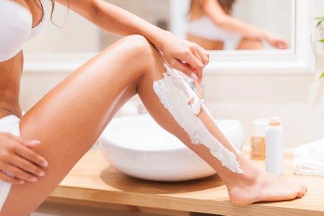 Ženska si brije noge