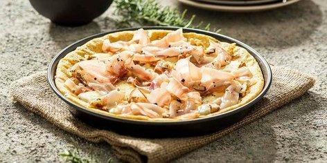 Polentna pica z mozzarello, orehi in panceto