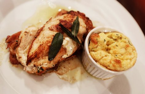 Nadevana piščančja prsa z zeliščnim narastkom in žajbljevo masleno omako