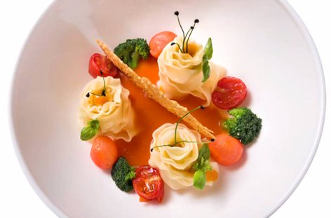 Testenine z zelenjavo in pekočo paradižnikovo omako