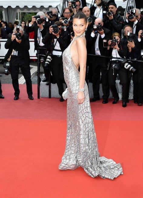 Bella Hadid v Cannesu