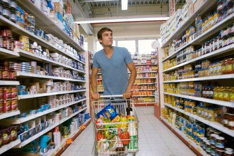 moški nakupuje