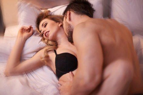 moški in ženska pri oralnem seksu