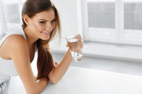 Ženska pije vodo - 2