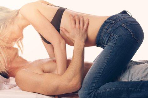 Zaljubljen par v postelji - 5