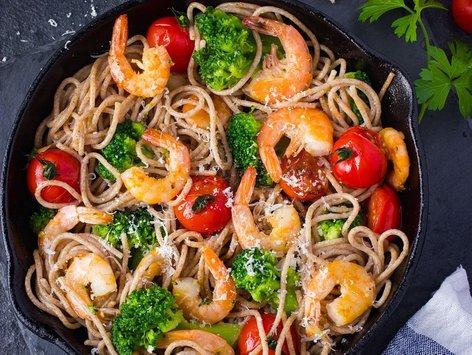 Polnozrnati špageti s kozicami, brokolijem in paradižnikom