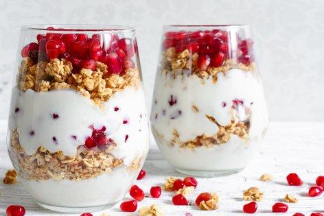 Parfait z jogurtom, domačo granolo in granatnim jabolkom