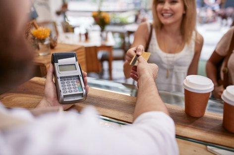 Ženska plačuje z bančno kartico - 1