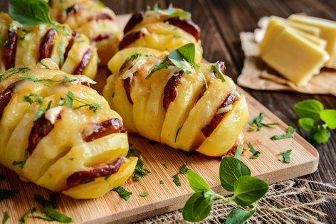 Rebrasti krompirček s klobaso in sirom