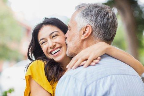 Ženska poljublja starejšega moškega