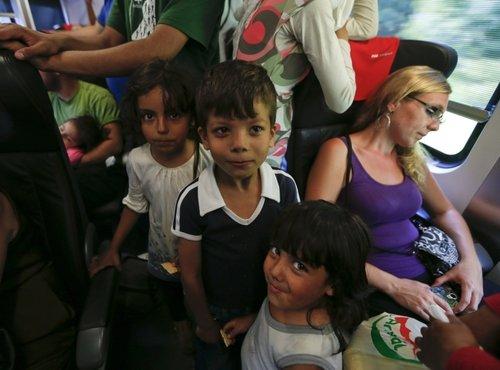 Begunci čakajo, da se vkrcajo na vlak na Madžarskem - 4