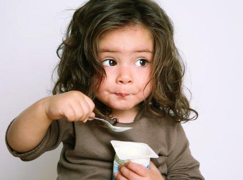 Deklica je jogurt
