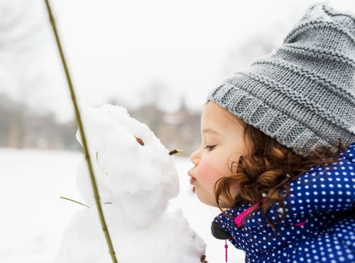 Deklica in snežak
