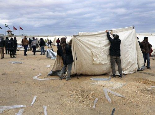 Postavljanje šotorov za begunce na sirsko-turški meji