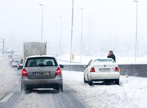 Sneg na cesti