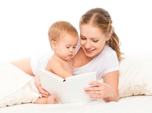 mama bere otroku pred spanjem
