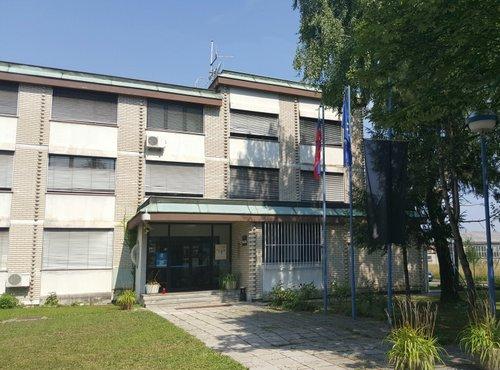 Spuščena zastava na policijski postaji