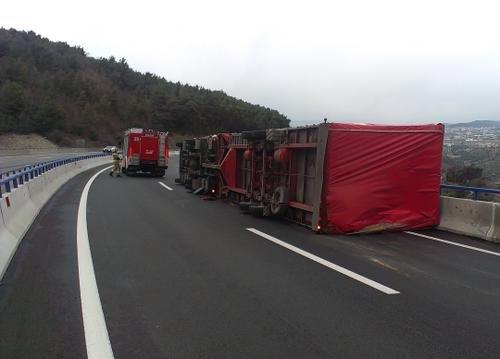 Burja prevrnila kamion