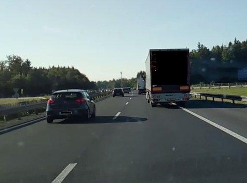 Tovornjak vijugal po avtocesti