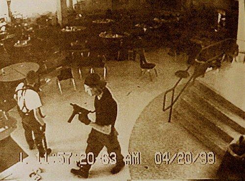 Videoposnetek enega izmed dijakov, ki sta morila po šoli Columbine