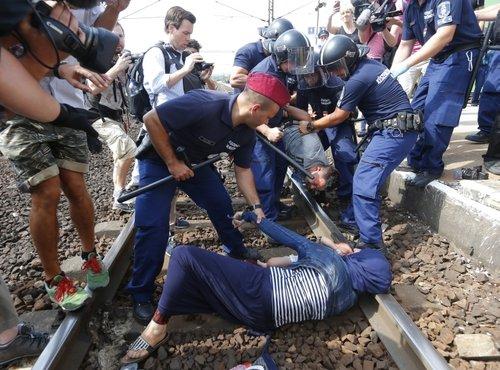 Begunci protestirajo na tirnicah - 3