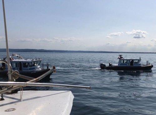 Policijski čolni spremljajo ribiča