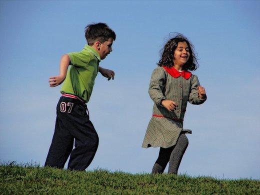 Otroka med igro