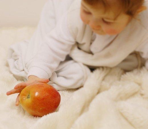 Dojenček in jabolko