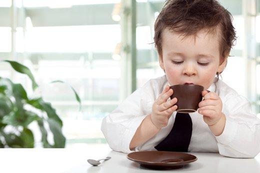 Samostojen otrok pri mizi
