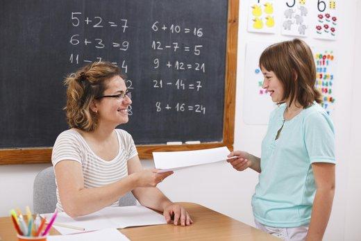 Učiteljica popravlja teste