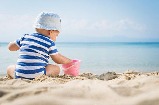 Otrok na plaži