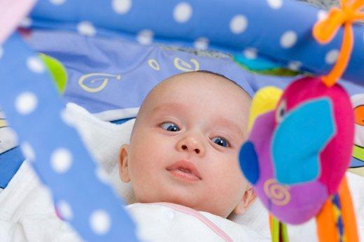 Dojenček in igrača