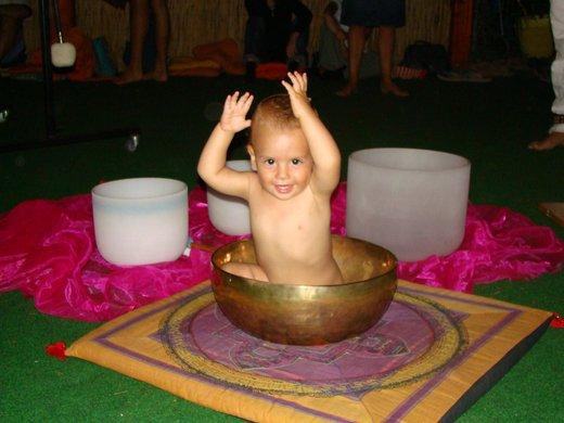 Malček uživa v himalajski posodi