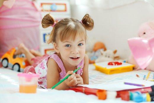 Deklica v otroški sobi