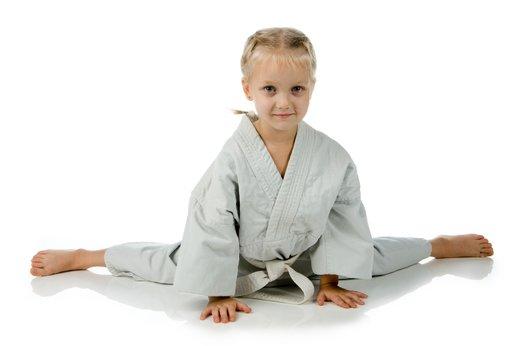 Deklica trenira judo