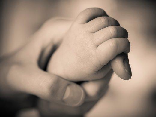 Stisk rok mame in otroka