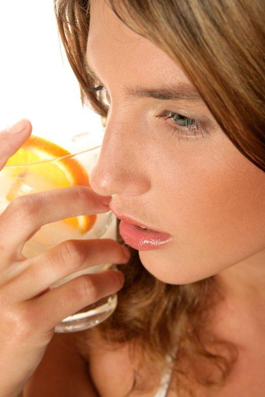 Ženska pije vodo - 1