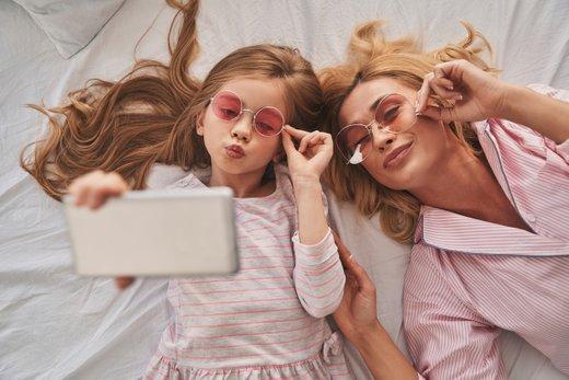 Otrok in telefon