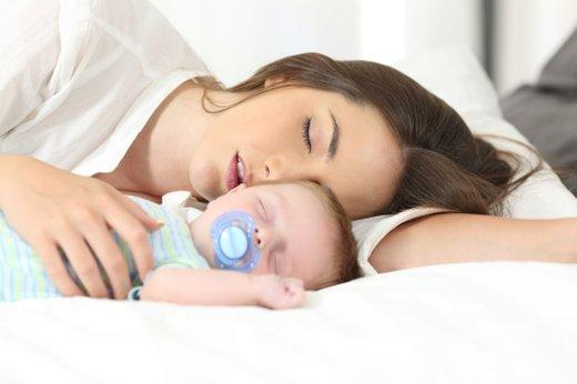 Mamica in dojenček spita