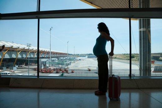 Nosečnica na letališču