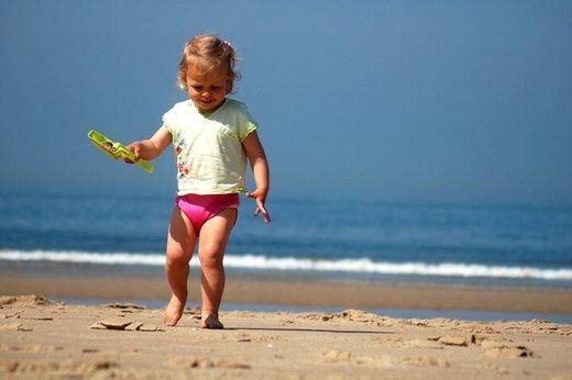Deklica ob morju