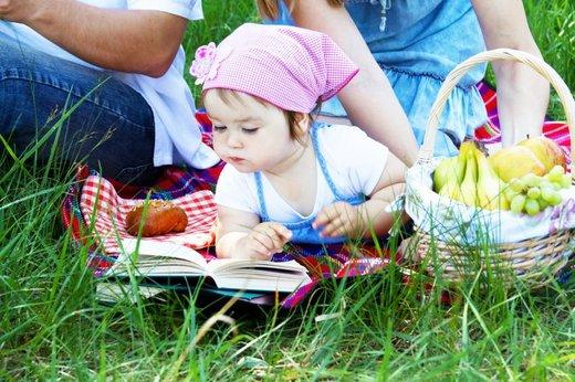 Deklica na pikniku
