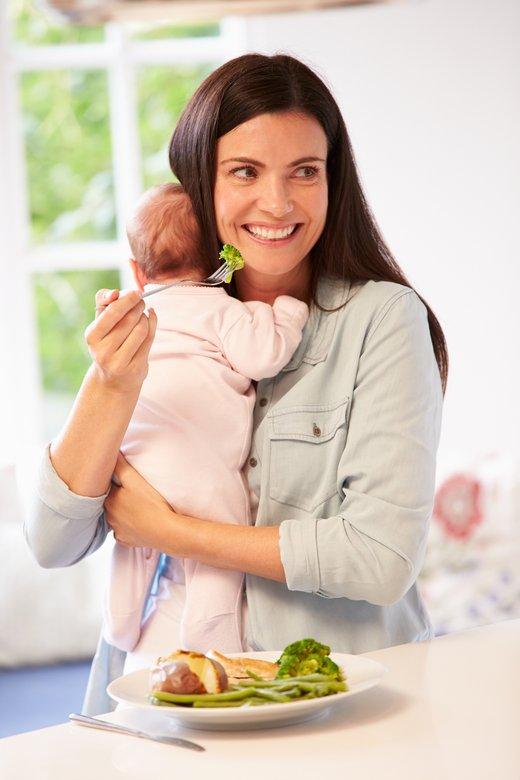 Mama in dojenček med kosilom