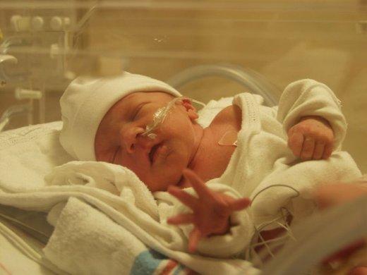 Otrok v inkubatorju
